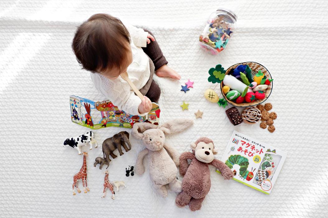 nino-jugando-con-juguetes