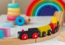 Las ventajas de los juguetes de madera, como cocinas y puzzles.