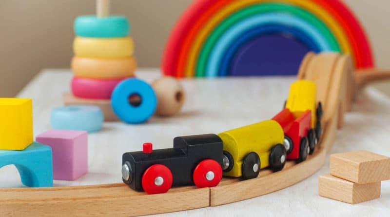 juguetes de madera, como cocinas y puzzles